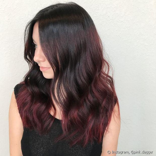 O ombré hair vermelho fica muito estiloso no cabelo preto e você pode escolher diferentes tons de ruivo para a técnica de mechas