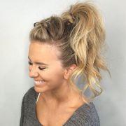 Tendência! Trança unicórnio feita no topo da cabeça é o truque perfeito para variar penteados simples