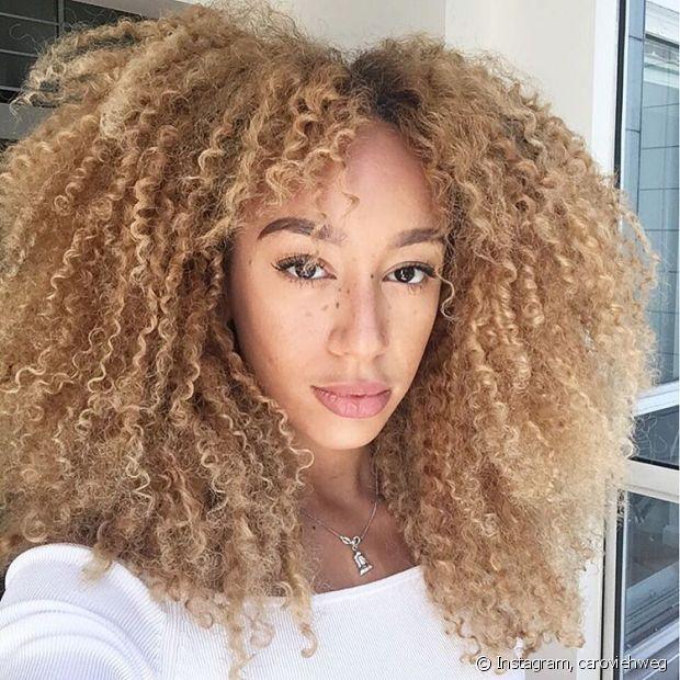 O óleo de copaíba protege e intensifica, perfeito para quem tem cabelos coloridos