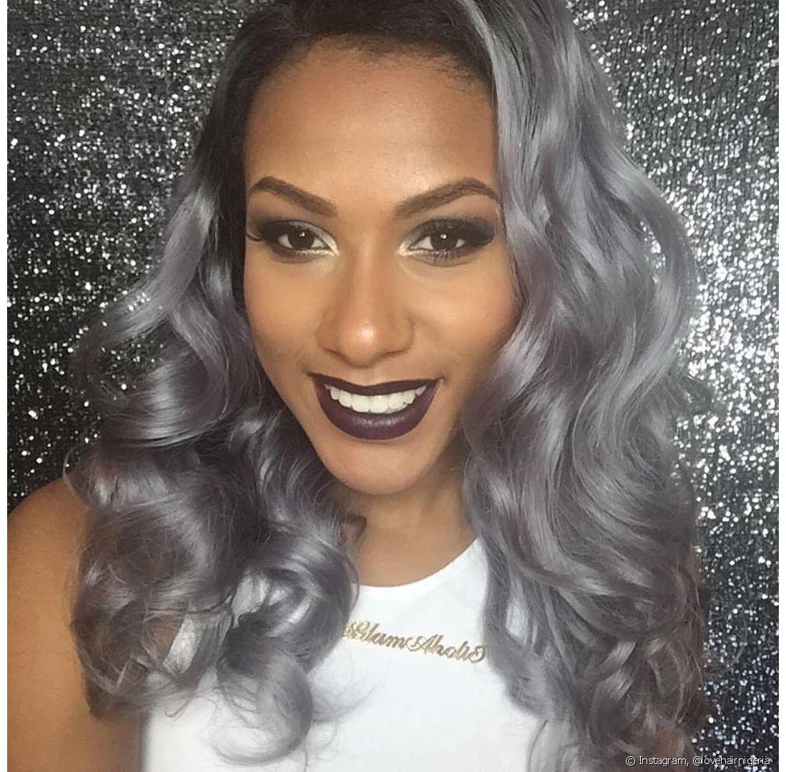 Um dos receios em pintar os cabelos de cinza, ainda mais para quem tem a pele negra, é a cor deixar a aparência com aspecto pálido e envelhecido