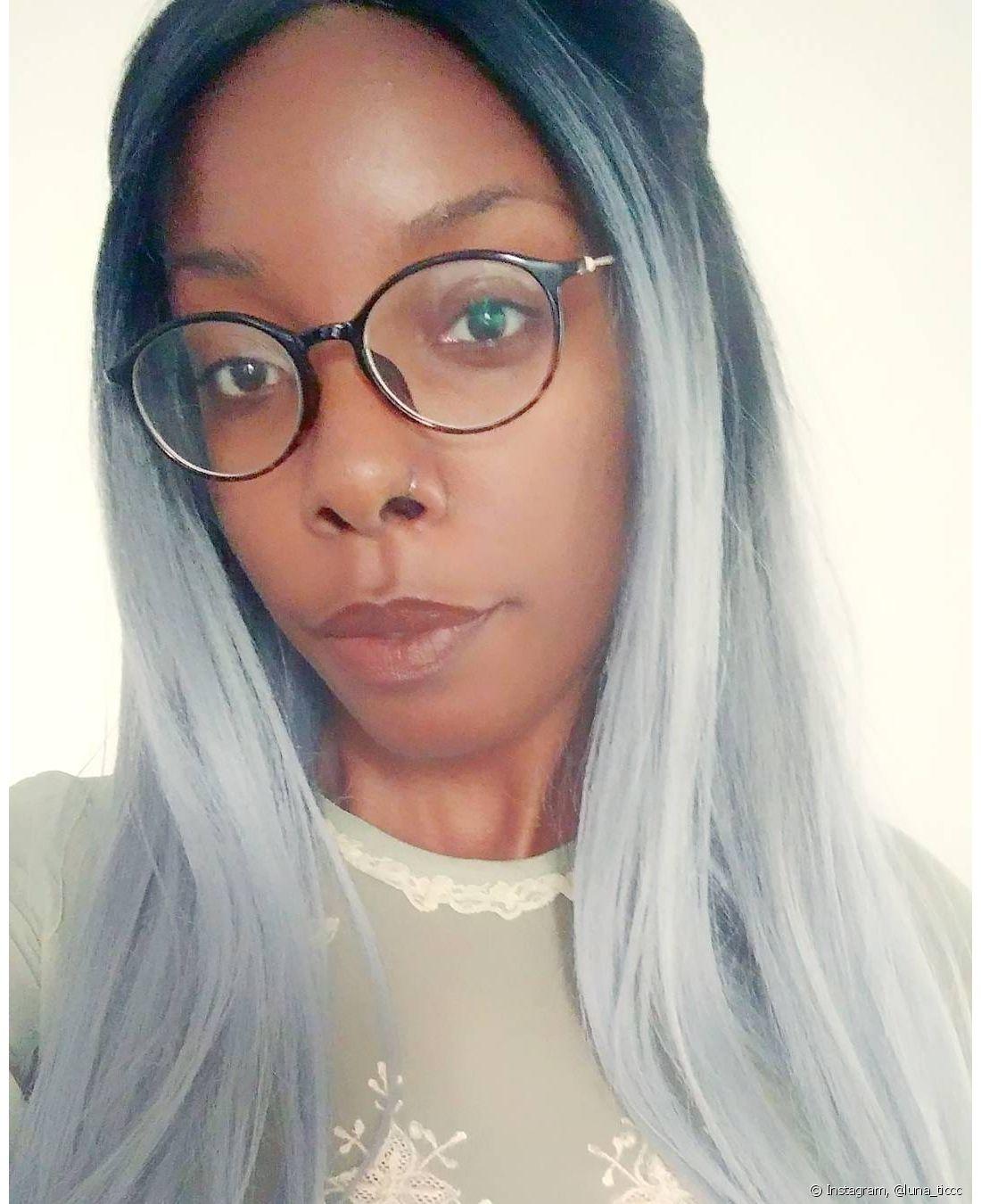 O cabelo solto com ondas também fica lindo com a cor