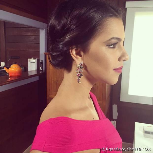 Mariana Rios apostou no penteado com mechas enroladinhas e presas atrás do cabelo com grampos