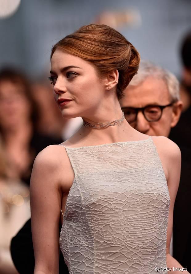 Emma Stone criou um coque com volume no topo da cabeça para deixar o visual sofisticado
