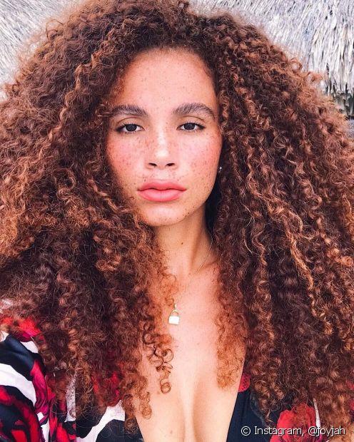O volume é essencial para manter um visual mais natural em cabelos cacheados! Use-o ao seu favor com o corte apropriado, finalizadores leves e com a ajuda do pente garfo