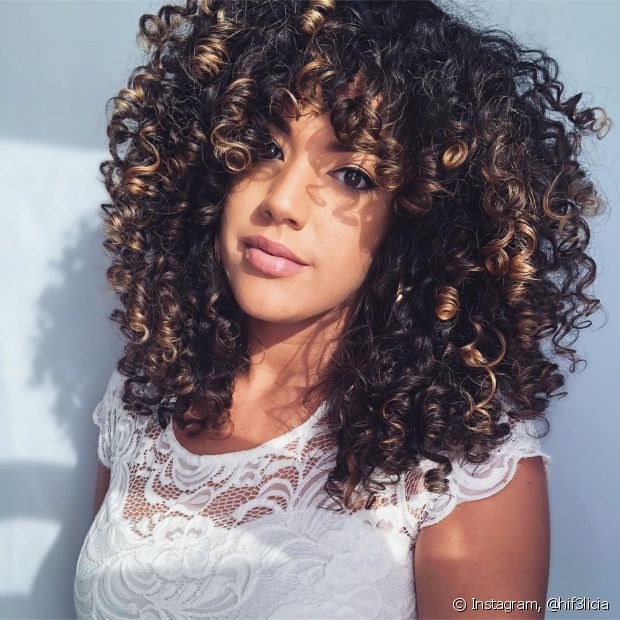 A franja cortininha é versátil e combina com todos os tipos de cabelos