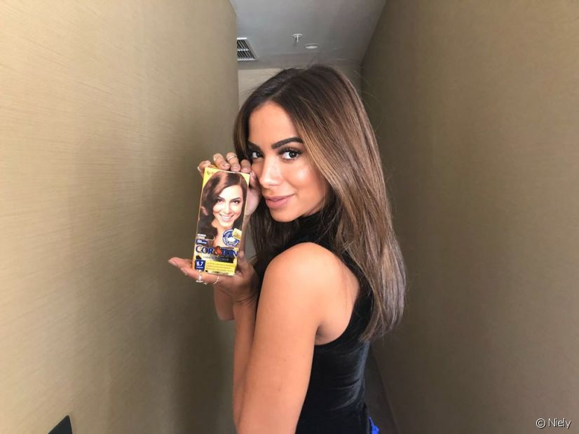 Anitta está de visual novo e pintou os cabelos com a cor Chocolate 6.7, de Cor&Ton