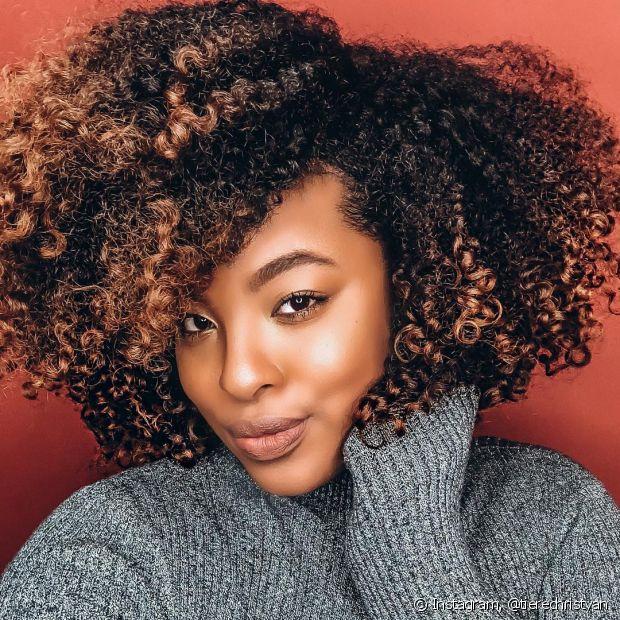Os cabelos cacheados podem continuar lindos após as box braids! Invista em um cronograma capilar caprichado para repor os nutrientes depois de tirar as tranças
