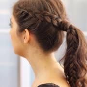 Rabo de cavalo com trança: veja 10 fotos de modelos incríveis do penteado para você inovar os looks básicos