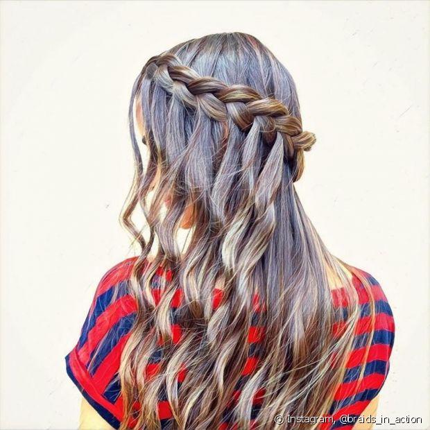 Você já tentou fazer uma trança lateral embutida e deixar os cabelos soltos? Fica lindo!