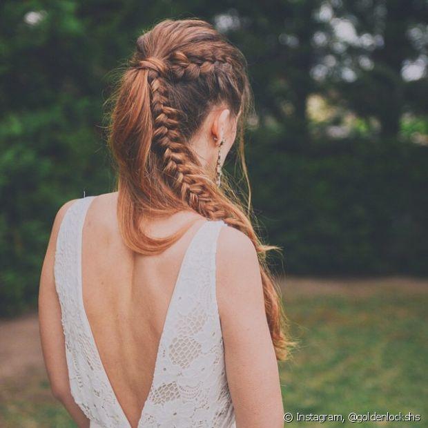Na hora de prender a trança com o rabo de cavalo, você pode fazê-la até onde o elástico fica ou deixá-la por todo o comprimento no penteado