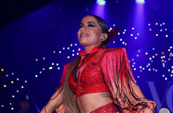Anitta arrasa com fantasia sensual no Baile da Vogue 2017. Veja fotos!