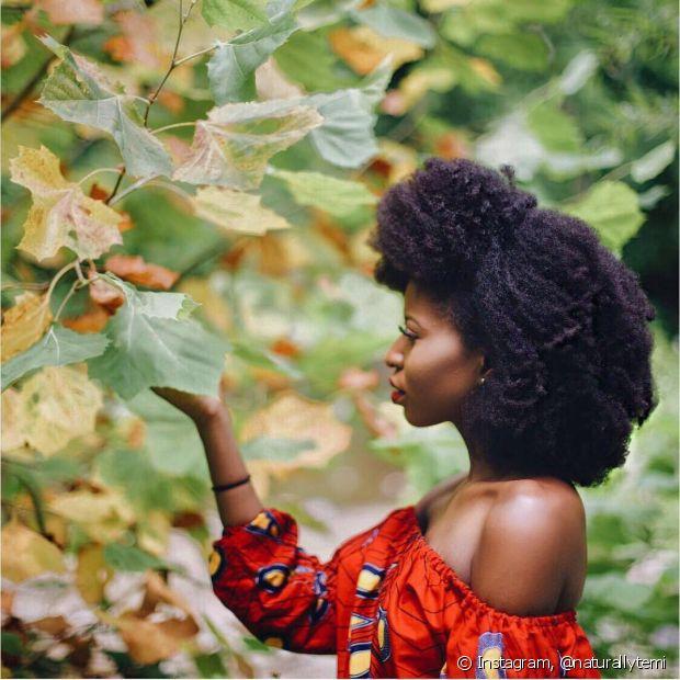 O cabelo crespo é mais ressecado porque a oleosidade natural produzida na raiz não consegue chegar até o comprimento e pontas, por causa do formato do fio