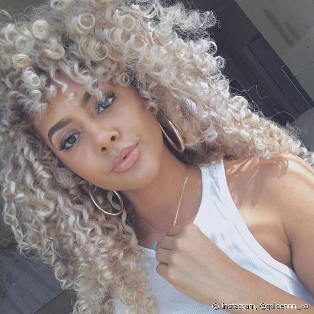 O cabelo loiro tem várias tonalidade que podem harmonizar com a pele negra