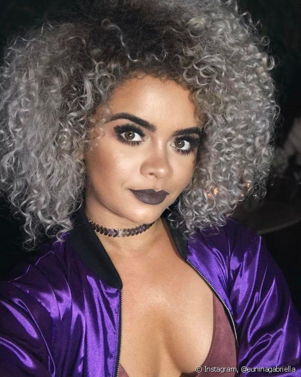 Nossa diva cacheada Nina Gabriella é negra e tem o cabelo platinado puxado para p cinza