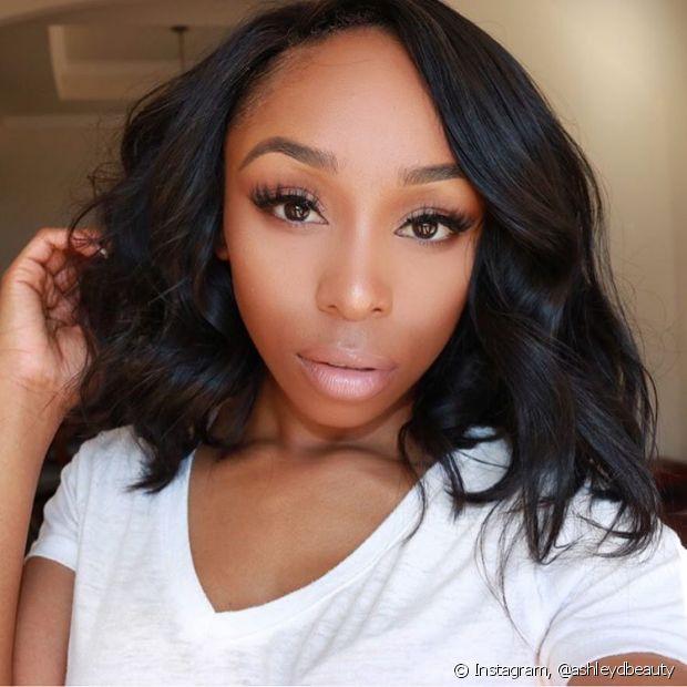 Se os seus cabelos são naturalmente pretos e você deseja clarear mais de três tons, é preciso descolorir os fios primeiro