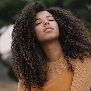 Creme para pentear com óleo de argan: saiba como combinar os produtos para finalizar os cabelos cacheados