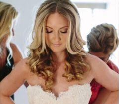 As noivas também podem usar o cabelo solto e modelado, mas, se tiver dúvidas, peça uma ajuda para suas madrinhas e amigas mais próximas