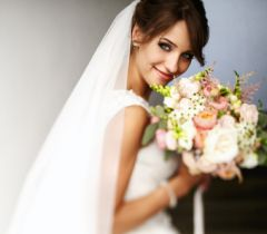 Se encontrar alguma referência de casamento que seja a cara da sua amiga, separe e mostre pessoalmente a ela