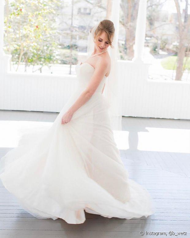 Para escolher o vestido de noiva perfeito, você deve considerar o seu estilo e também a proposta do casamento
