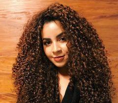 Dona de um cabelo cacheado babadeiro, Camilla Santana recebeu perguntas das suas seguidoras do Instagram