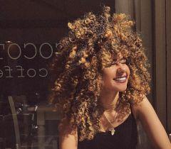 @frogirlginny esbanja seu cabelo crespo por todas as partes do mundo