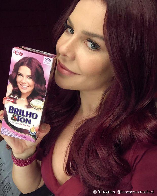 Atualmente, Fernanda Souza está ruiva, com os cabelos no tom 6.56 Vinho Marsala