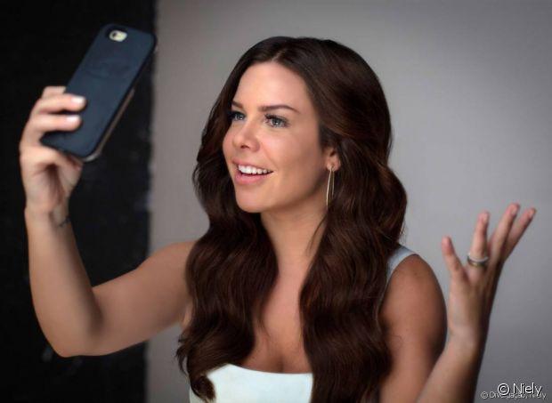 Fernanda Souza é uma das embaixadoras Niely e pintou os cabelos de 6.7 Chocolate Natural