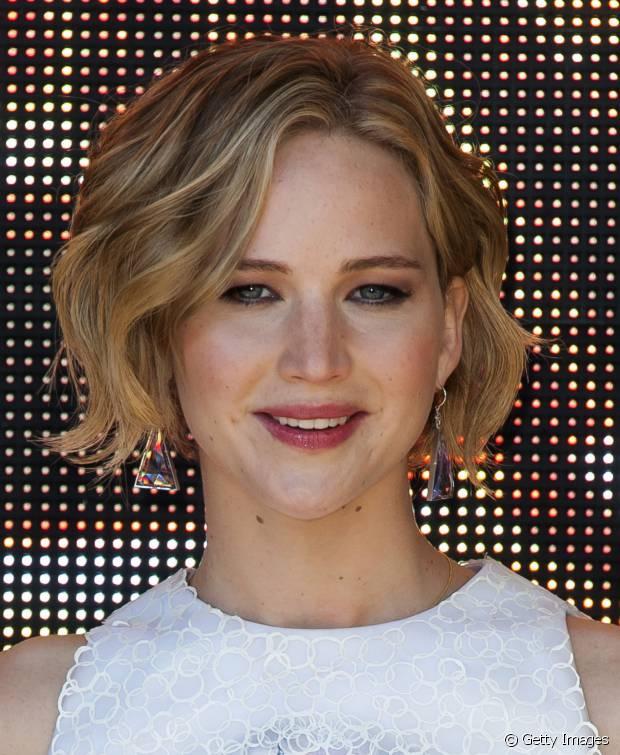 Jennifer Lawrence também está usando um bob hair nos fios loiros e ondulados