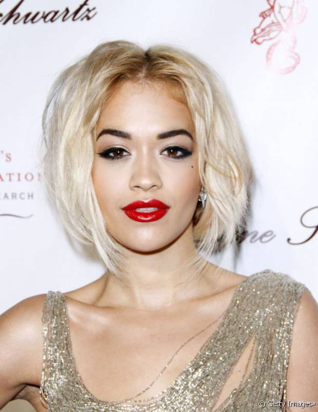 Rita Ora é ousada e apostou no corte bob hair com os fios platinados