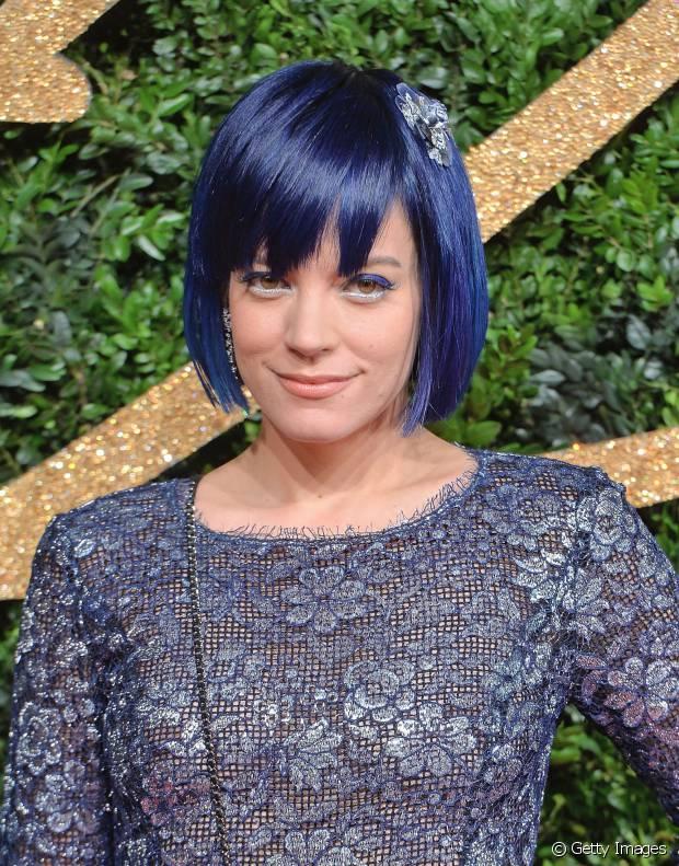 Lily Allen usa um bob hair colorido