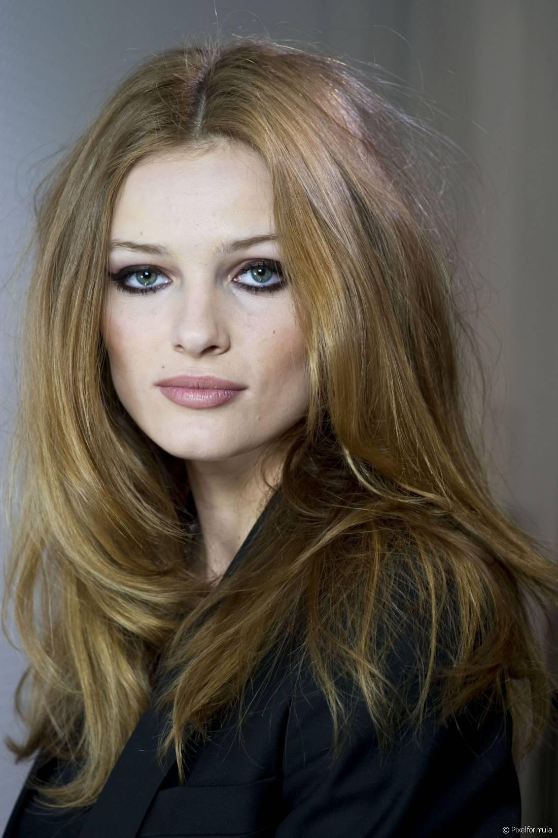 O famoso corte em camadas que as mulheres adoram é, basicamente, qualquer estilo de cabelo com comprimentos variados, o que significa que o efeito pode ser feito em quem tem fios curtos, médios ou longos