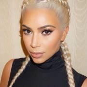 Kim Kardashian aposta no cabelo loiro platinado e lança tendência com as boxer braids, a trança de boxeadora
