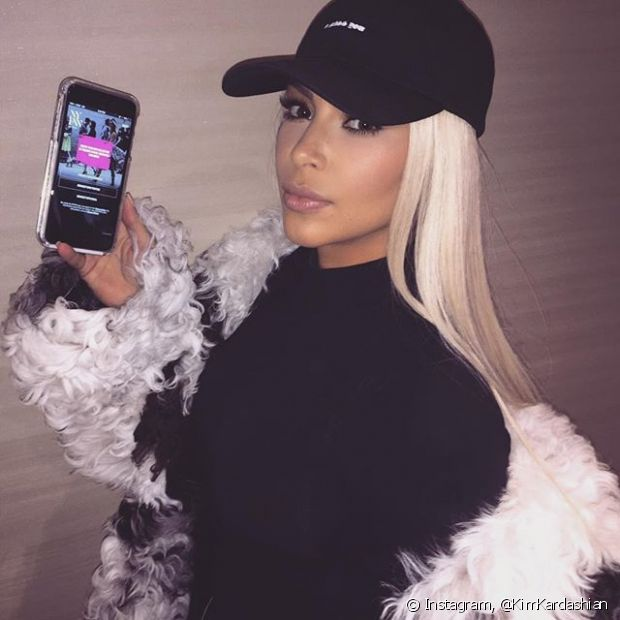Kim Kardashian pintou o cabelo de loiro platinado mais uma vez! A primeira foi em março de 2015