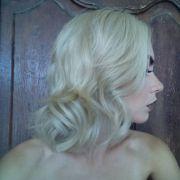 Cabelo loiro platinado: saiba a importância do uso do shampoo desamarelador nos fios claríssimos
