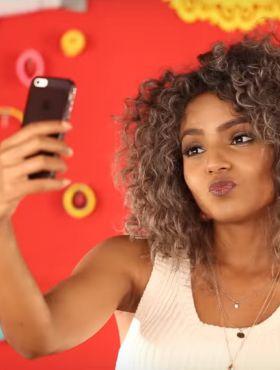 Blogueira Bruna Ramos ensina a técnica do dedoliss para uma selfie perfeita. Assista ao vídeo!