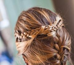 O penteado fica lindo em um evento mais formal, só caprichar no complemento da trança