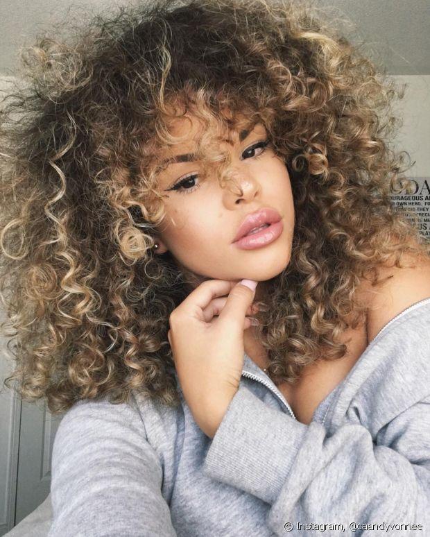 O queridinho e mais famoso é o óleo de coco, antes consumido como alimento, hoje, um poderoso cosmético natural que traz muitos benefícios para a pele e cabelo