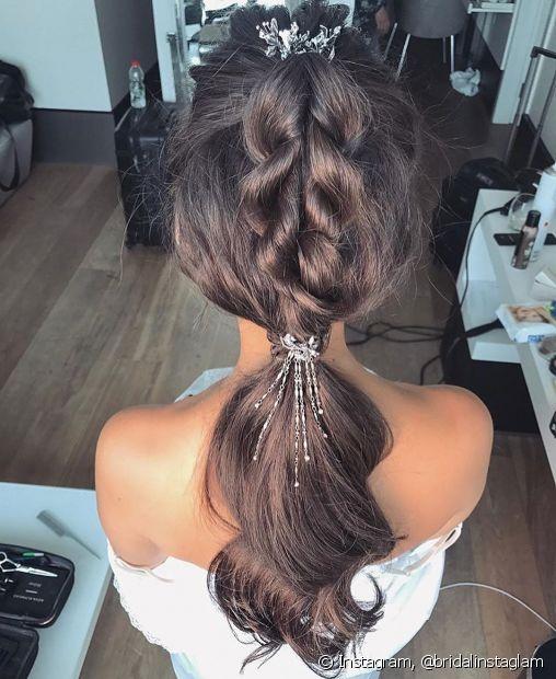 Presilhas e grampos dão mais destaque aos penteados presos em fios escuros, principalmente tranças