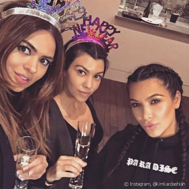 No último Natal, Kim Kardashian postou fotos no Instagram usando o modelo de trança embutida