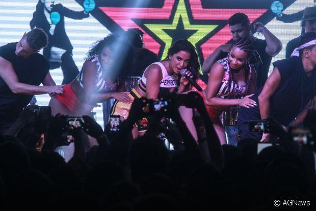 Anitta cantou seus maiores sucessos no show, no clube Monte Líbano, no Rio de Janeiro