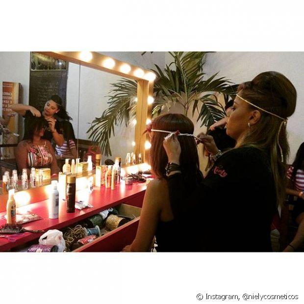 A Niely montou o espaço Fique Diva no ensaio do Bloco das Poderosas e disponibilizou penteados superestilosos para as fãs da Anitta