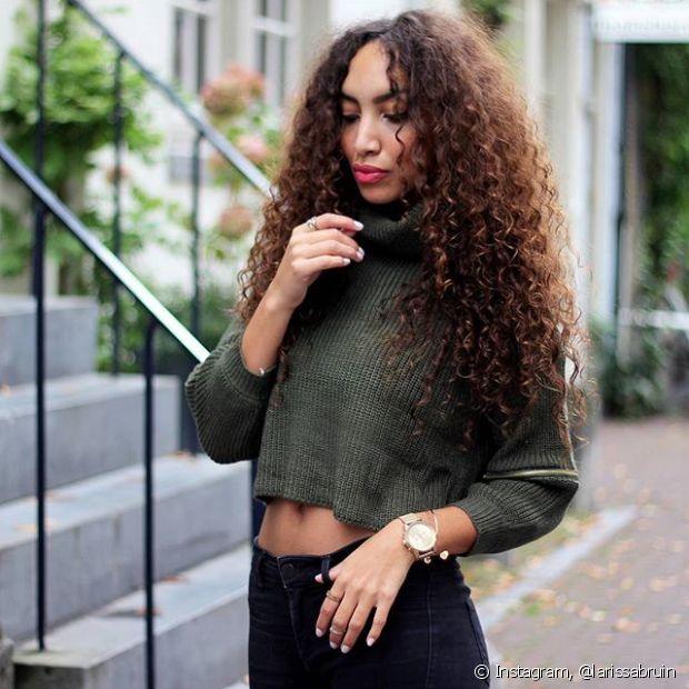 O volume nos cabelos cacheados e crespos está fazendo sucesso, mas algumas mulheres ainda preferem fios menos encorpados para o dia a dia