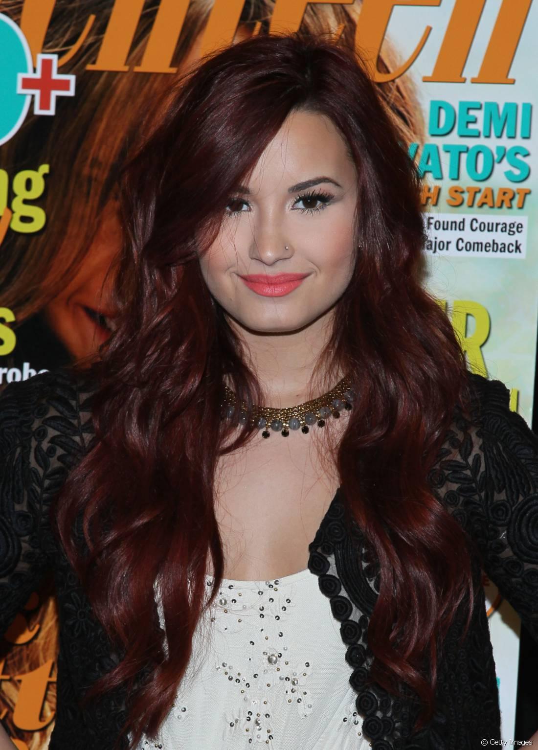 Quando não utiliza perucas, Demi Lovato também conta com os apliques para variar o comprimento dos fios