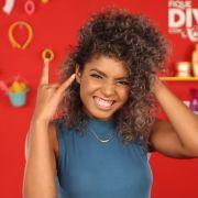 Blogueira Bruna Ramos ensina a fazer o falso sidecut para cabelos cacheados. Assista ao vídeo!