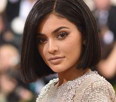 Um clássico é um clássico! A caçula das Kardashian, Kylie Jenner, já desfilou com o tradicional chanel no red carpet!