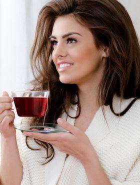 Chá de hibisco faz o cabelo crescer? Saiba os benefícios da flor para os fios