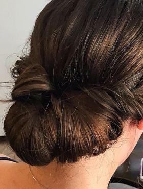 Coque baixo enrolado: aprenda o passo a passo do penteado lindo e rápido de fazer