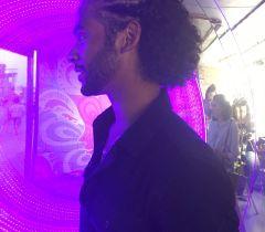 Thiago escolheu o penteado moicano para curtir seus shows favoritos