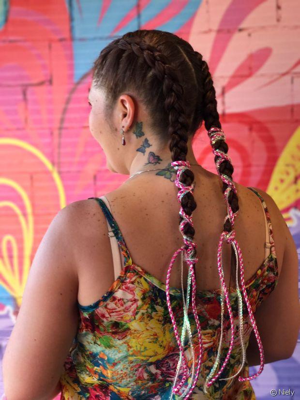 Para incrementar a trança boxeadora, muitas optaram pelas fitinhas coloridas nos penteados