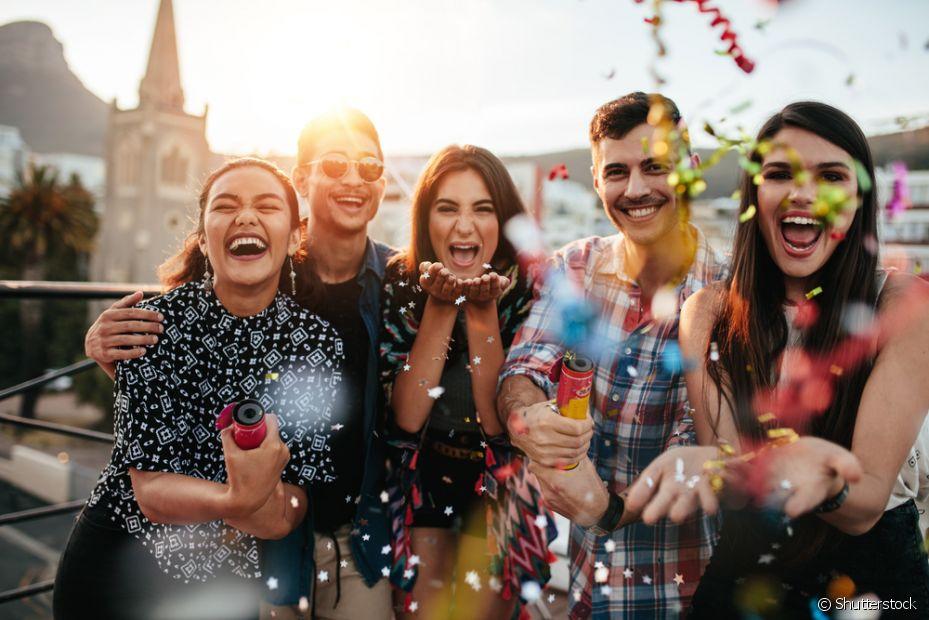 Uma dica é reunir os amigos que não vão viajar para fazer uma festa de Réveillon bem animada